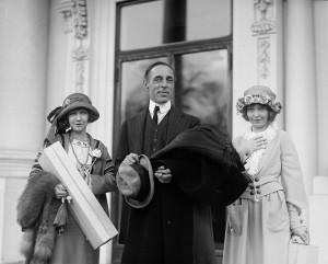 Dorothy_&_Lillian_Gish,_D.W._Griffith_2
